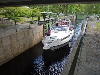 26 juni 2010 - Slussporten är öppen och färden går vidare mot sjöarna Töck och Östen.