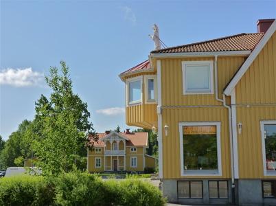 27 juni 2010 - Två gamla byggnader i Töcksfors centrum - Karlslund och gamla centrumhuset.