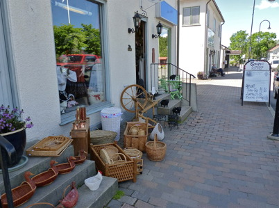 1 juli 2010 - Berits Kuriosa vid Sveavägen har flyttat ut delar av sortimentet på trottoaren i det fina vädret.