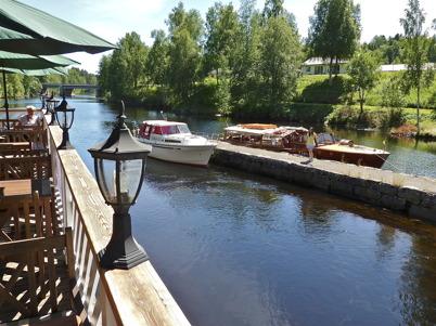 2 juli 2010 - Utsikt från café Kvarnen. Utflyktsbåten Tärnan är klar för avgång mot sjöarna Töck och Östen.