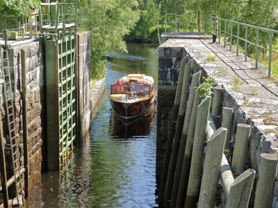 2 juli 2010 - Utflyktsbåten Tärnan slussar upp till sjöarna Töck och Östen, för rundtur med passagerare.