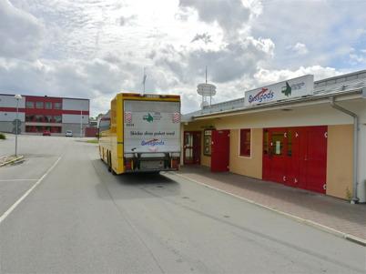 5 juli 2010 - Bussen från Karlstad har anlänt till Töcksfors busscentral med passagerare och gods.