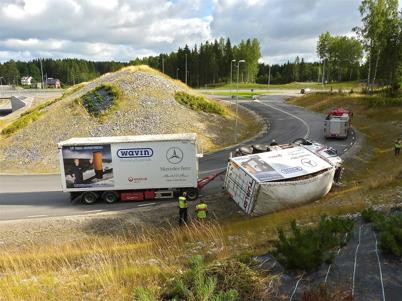 2 augusti 2010 - Lastbilsolycka i kurvan före påfarten till E18 vid Nordmarksstugan. Föraren missbedömde kurvan vilket ledde till att lastbilen välte.