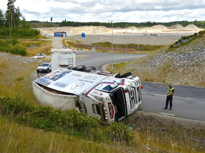 2 augusti 2010 - Lastbilsolycka i kurvan före påfarten till E18 vid Nordmarksstugan. Polisen har anlänt till platsen för att utreda olyckan.