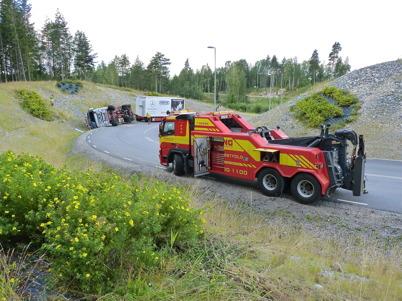 2 augusti 2010 - Lastbilsolycka i kurvan före påfarten till E18 vid Nordmarksstugan. Norsk bärgningsfirma förbereder bärgningen.
