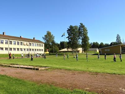 23 augusti 2010 - Det nya läsåret har börjat vid Töcksfors skola. Eleverna får starta med att spela brännboll i det fina vädret.