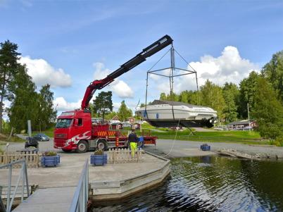 6 september 2010  - Båtlyft vid småbåtshamnen i Sandviken.