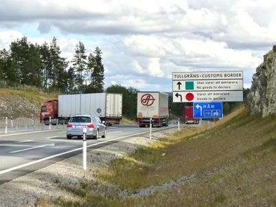 6 september 2010 - Trafikanter som kommer från Norge måste köra in på gamla E18 till tullstationen i Hån för tullklarering. Detta på grund av att det ännu inte finns en svensk tullstation vid nya E18.