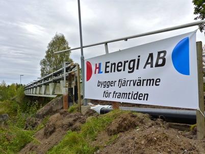 26 september 2010 - HL Energi bygger ut fjärrvärmenätet i Töcksfors. Här dras fjärrvärmerören på utsidan av gång- och cykelbron över E18 vid församlingshemmet.