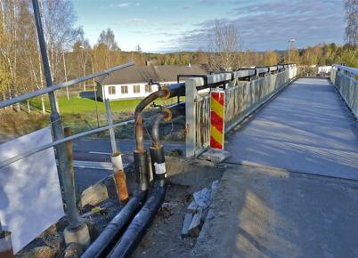 16 oktober 2010 - Fjärrvärmerören har dragits på utsidan av gång- och cykelvägen över E18. Rören har svetsats ihop med fjärrvärmerören som går till skolan. Nu återstår provtryckning och isolering.
