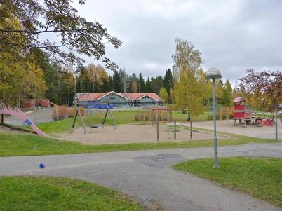 9 oktober 2010 - Den nya förskolan växer upp i skogsbrynet, ett stenkast från skolans lågstadie-avdelning.