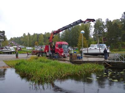 25 september 2010 - Båtsäsongen är över och det är dags att lyfta upp båtarna.
