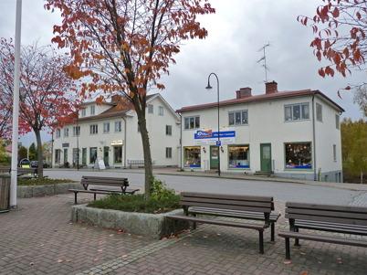 6 oktober 2010 - De gamla affärs- och bostads-fastigheterna i Töcksfors centrum.