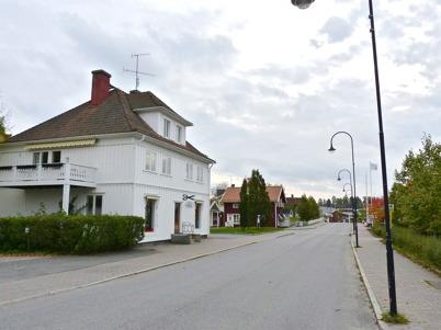 3 oktober 2010 - Sveavägen genom centrala Töcksfors med gamla bankhuset.