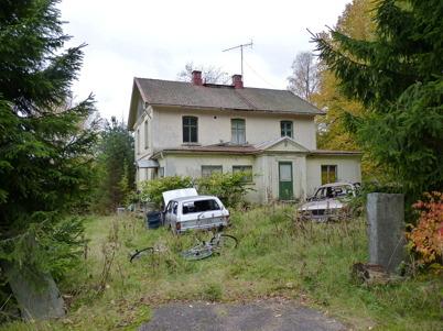 """9 oktober 2010 - Gamla läkarbostaden """"Tomtebo"""" vid övre slussen förfaller. Ägarna har övergivit fastigheten."""