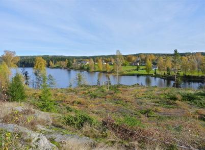 10 oktober 2010 - Arbetet med att bygga ett nytt bostadsområde på Prästnäset har startat. På andra sidan sjön syns villaområdet vid Strandvägen.