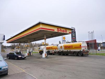 9 november 2010 - Shell säljer stora mängder diesel till långtradarna som passerar Töcksfors. Därför krävs det täta leveranser av diesel från oljehamnen i Karlstad.