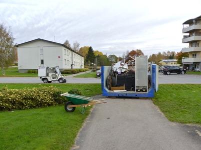 13 oktober 2010 - Årjängs Bostads AB har storstädning i hyreshusens källarlokaler i centrala Töcksfors.