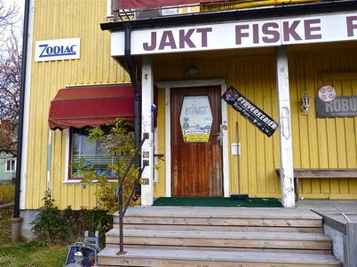 13 oktober 2010 - Jakt- och fiskebutiken vid Sveavägen har upphört med sin affärs-verksamhet. Här fanns för länge sedan Töcksfors Bok- och pappershandel.