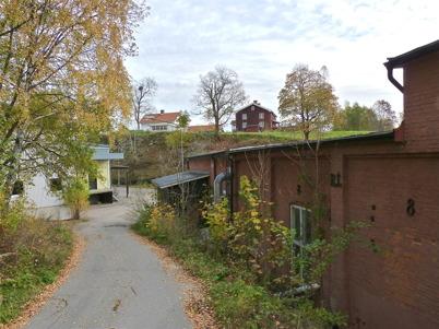 """13 oktober 2010 - Fabrikslokalerna står tomma och förfaller i det gamla bruksområdet vid nedre forsen. I bakgrunden syns """"Smegårn""""."""