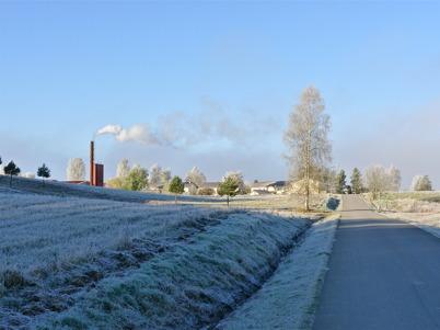 21 oktober 2010 - Fjärrvärmecentralen och bebyggelsen vid norra delen av Bögatan en frostig höstmorgon.