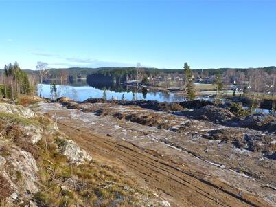 7 november 2010 - Markarbetet har startat på Prästnäset, där det nya bostadsområdet skall byggas. På andra sidan sjön syns bebyggelsen vid Strandvägen.