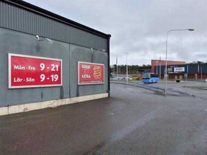 3 november 2010 - Coop EXTRA har , i likhet med Töcksfors shoppingcenter i bakgrunden, mycket generösa öppettider.