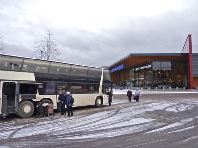 23 november 2010 - Bussar kommer till Töcksfors shoppingcenter med köpglada kunder.