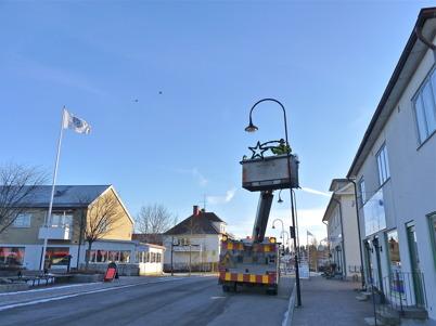 25 november 2010 - Kommunen sätter upp juldekorationerna i Töcksfors centrum.