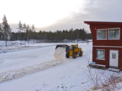 27 november 2010 - Snöläggningen har kommit igång på Kölen Sportcenter. Här läggs ett grundskikt med konstsnö som framställs med snökanoner.