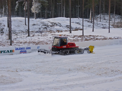 27 november 2010 - Snöläggningen har kommit igång på Kölen Sportcenter. Snön jämnas ut och packas med en spårmaskin.