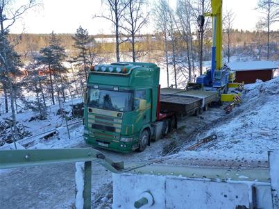 7 december 2010 - Slussportarna vid nedre slussen skall transporteras till en mekanisk verkstad i Stenungsund för renovering. Här lastas slussportarna på en specialtrailer med hjälp av en stor mobilkran.