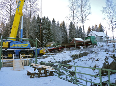 7 december 2010 - Slussportarna vid nedre slussen skall transporteras till en mekanisk verkstad i Stenungsund för renovering. I början av den branta backen vid Gläntan byggdes en upphöjd plan yta där mobilkranen placerades.