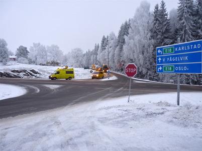 8 december 2010 - Slussportarna vid nedre slussen skall transporteras till en mekanisk verkstad i Stenungsund för renovering. Här startar den breda transporten tillsammans med följebilar.