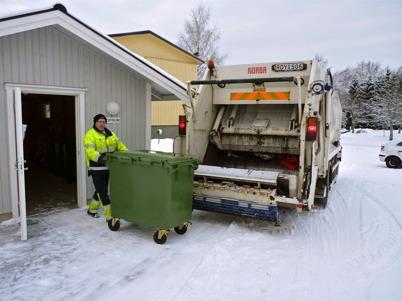 27 december 2010 - Töcksfors Renhållning kör extra turer i centrala Töcksfors för att hämta julhelgens sopor.