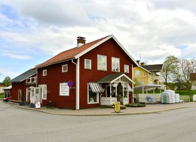19 maj 2010 - Bernhards lokaler med blomsterbutik, hälsokostbutik och solarium. I bakgrunden syns Nygård.