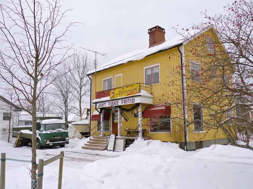 Här vid Sveavägen i Töcksfors fanns Gunnar Mobergs Cykel- och sportaffär. I fastigheten fanns även Töcksfors Bok- och pappershandel samt ett försäljnings- och utlämningsställe för mediciner.