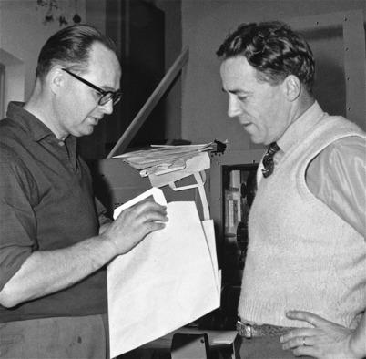 Fabrikschefen John Abelsson granskar kvalitén på en papperspåse. Foto : Folke Sahlin