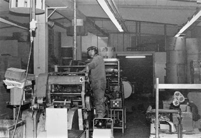Bild från Töcksfors Påsindustri efter flytten till TVAB:s gamla huvudbyggnad vid Skärmon 1982. På bilden som togs 1983  syns Arnold Rydberg från Skarbol. Foto : Bertil Arvidsson