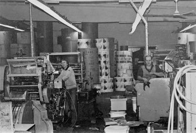 Bild från Töcksfors Påsindustri efter flytten till TVAB:s gamla huvudbyggnad vid Skärmon 1982. På bilden som togs 1983  syns Ola Töften, Hån och Henning Emsell, Västra Fågelvik. Foto : Bertil Arvidsson