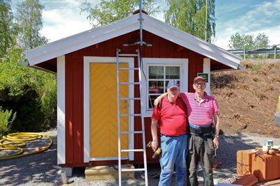 11 juni 2015 - Sigvard Sjöstedt och Göran Nilsson kan pusta ut. Renoveringen av slussvaktarboden är klar.