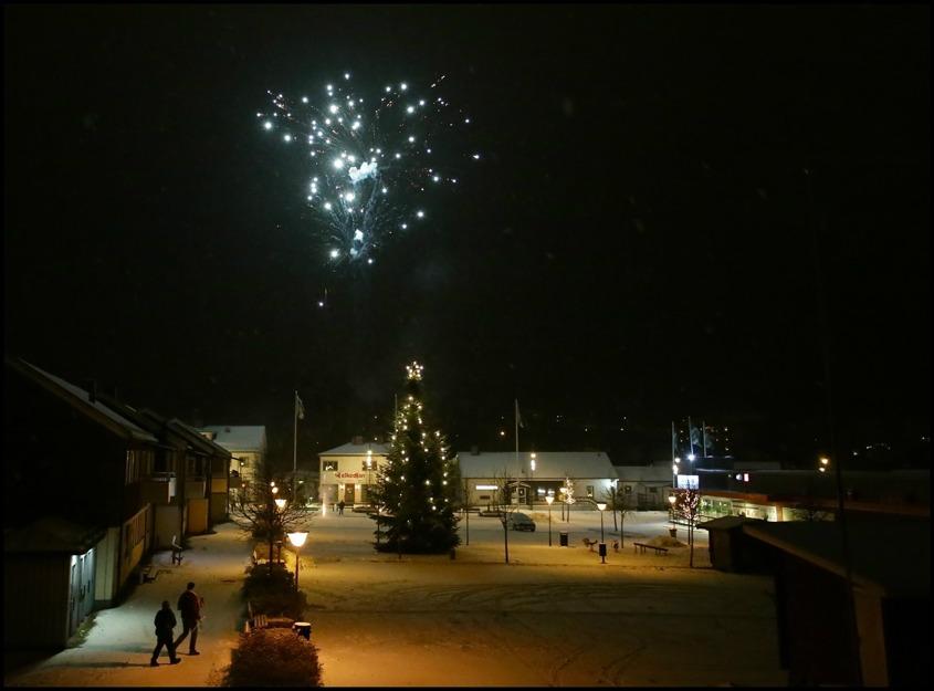 2016-01-01 kl 00.01 - Nyårsfirande med fyrverkeri vid torget i Töcksfors.