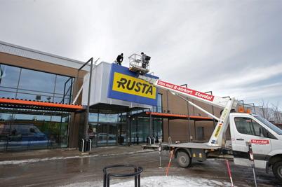 22 februari 2016 - Nya RUSTA-butiken satte upp skylten.