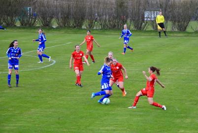 23 april 2016 - Det blev tuffa tag redan i premiären för Töcksfors A-lags tjejer.