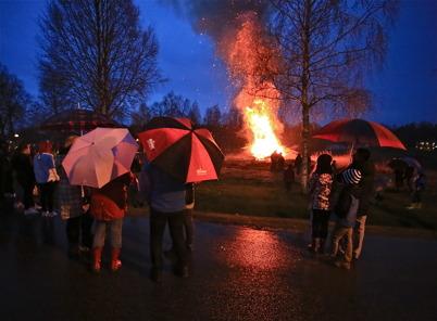 30 april 2016 - Vid Församlinghemmet var det traditionellt Valborgsmässofirande - i dåligt väder.
