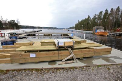 3 maj 2016 - Båtklubben Rävarna byggde bryggor.