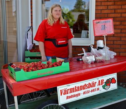13 juni 2016 - Sommarens första jordgubbar såldes utanför Konsum.