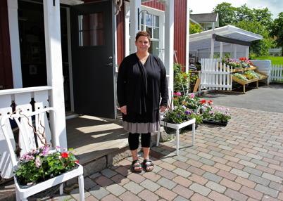 21 juni 2016 - Ellinor, nya ägaren av Blomsterboden, hade laddat butiken med massor av vårblommor.