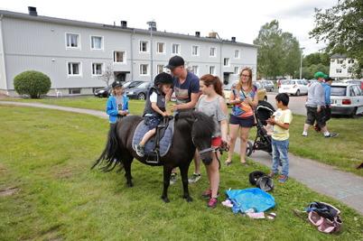 9 juli 2016 - Och så fanns det möjlighet för barnen att ta en ridtur på ponnyn.