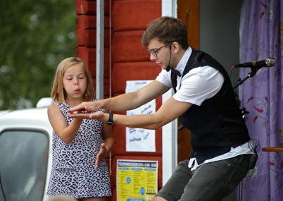9 juli 2016 - Magikern Simon trollband både små och stora.